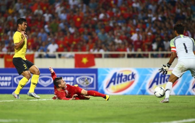 """<p> Quang Hải trở thành tâm điểm chú ý của hàng triệu người hâm mộ khi ghi """"siêu phẩm"""" giúp Việt Nam thắng 1-0 trong trận gặp Malaysia tại vòng loại thứ hai World Cup 2022 khu vực châu Á. Bàn thắng được ghi ở phút thứ 40 sau pha kiến tạo đẹp mắt của Quế Ngọc Hải.</p>"""