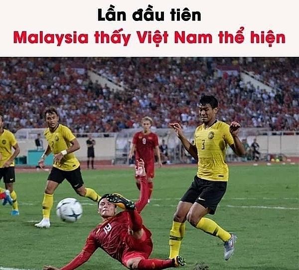 Khoảnh khắc của cầu thủ số 3 của Malaysia bị đem chế ảnh.