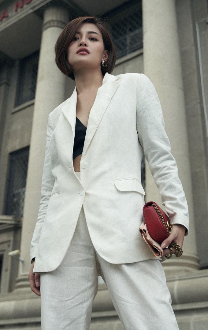 <p> Cô khéo mix vest với nội y hay croptop lấp ló vòng một gợi cảm.</p>