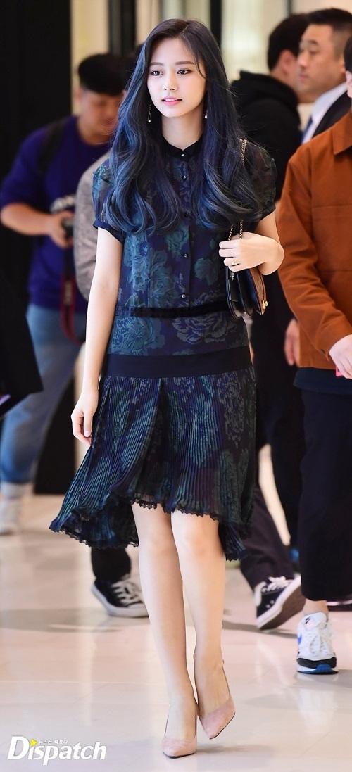 Chiều 11/10, Tzuyu (Twice) tham dự sự kiện khai trương một cửa hàng thời trang tại Shinsagae Gangnam, Seoul. Mỹ nhân JYP mặc bộ đầm trôngkhá dừ so với tuổi, tuy nhiên vẫn nhận nhiều lời khen về nhan sắc.
