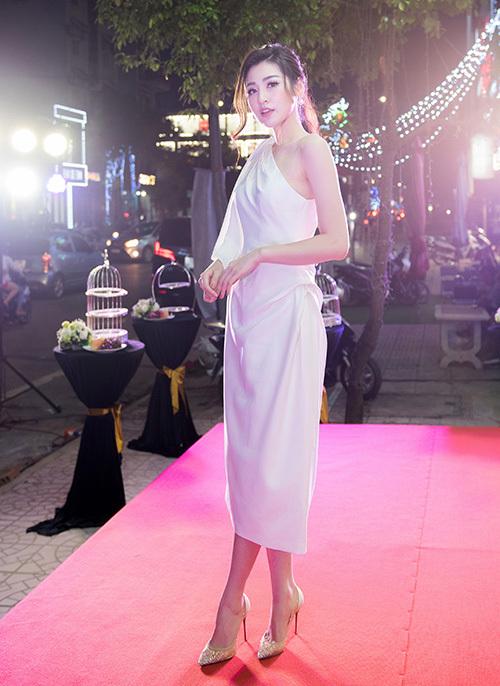 Á hậu Tú Anh góp mặt với vai trò đại sứ thương hiệu trong vòng 1 năm. Cô diện váy lệch vai tôn lên vẻ mong manh.