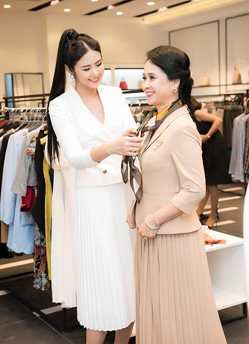 Là nhà thiết kế thời trang nên Ngọc Hân nhiệt tình tư vấn chọn trang phục cho mẹ chồng quốc dân Lan Hương.