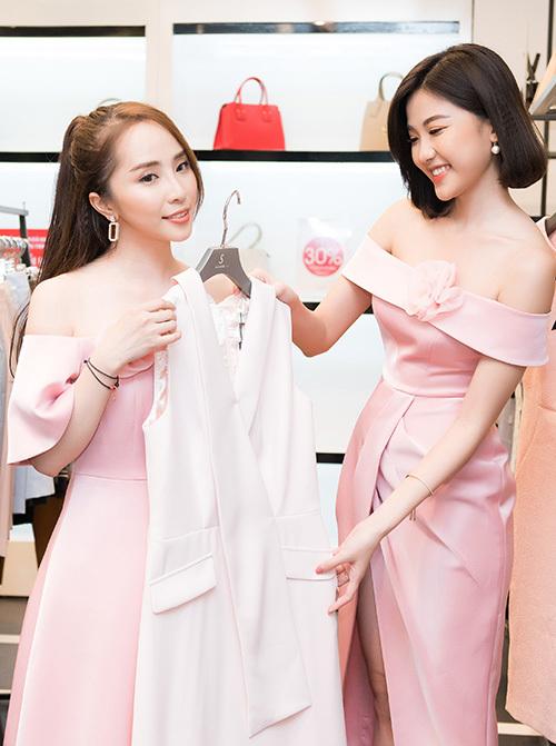 Trong dịp hội ngộ, Quỳnh Nga và Lương Thanh tíu tít trò chuyện, thậm chí còn tư vấn chọn váy cho nhau.