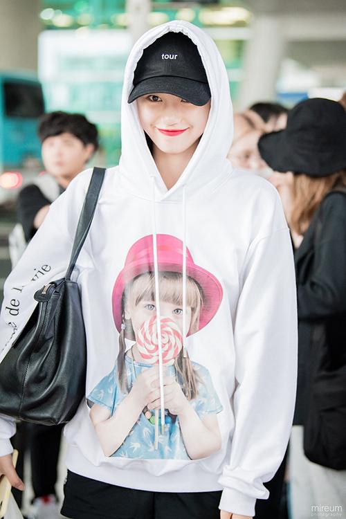 Cùng mẫu áo nhưng dưới dạng hoodie được Do Yeon (Weki Meki) kết hợp với quần short thể thao tạo cảm giác thoải mái và năng động