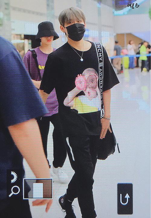 Park Woo Jin (AB6IX) diện item dưới dạng T-shirt, set đồ đen nổi bật hơn với hình in nhắng nhít trên áo.