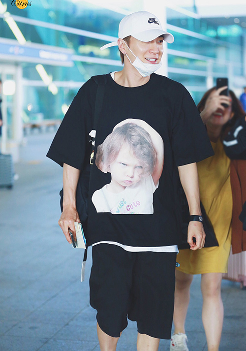 Anh cả Leeteuk (Super Junior) nhiều lần diện mẫu áo với hình in ngộ nghĩnh khi xuất hiện trước công chúng.