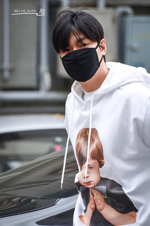 Lee Min Ho cũng bị đánh gục trước mẫu áo này, nam diễn viên 30 tuổi cực trẻ trung trong ADLV Baby Face Hoodie White Prayer