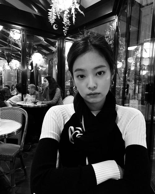 Jennie không xóa mờ người lạ trong bức ảnh Instagram.
