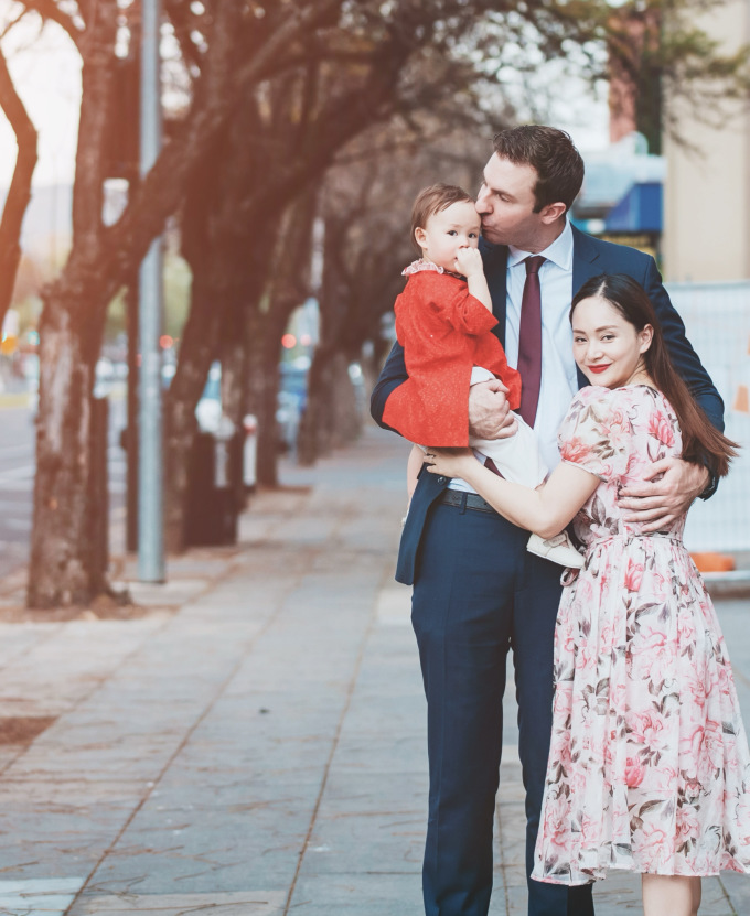 """<p> Lan Phương diện đầm hoa dịu dàng, nữ tính cùng kiểu trang điểm nhẹ nhàng. Đi bên """"Nàng dâu order"""" là ông xã với vest xanh lịch lãm. Con gái Lina được mẹ chọn cho chiếc áo dài đỏ trơn màu xinh xắn.</p>"""