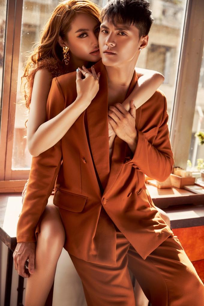 """<p> Sau 3 năm gắn bó, vừa qua Linh Chi - Lâm Vinh Hải xác nhận đã đăng ký kết hôn. Mối quan hệ của cả hai có không ít ồn ào khi thường vướng vào những phát ngôn qua lại với vợ cũ của nam vũ công. Dù có """"sóng gió"""", cả hai vẫn luôn ở bên nhau, vượt qua để khẳng định đã là vợ chồng.</p>"""