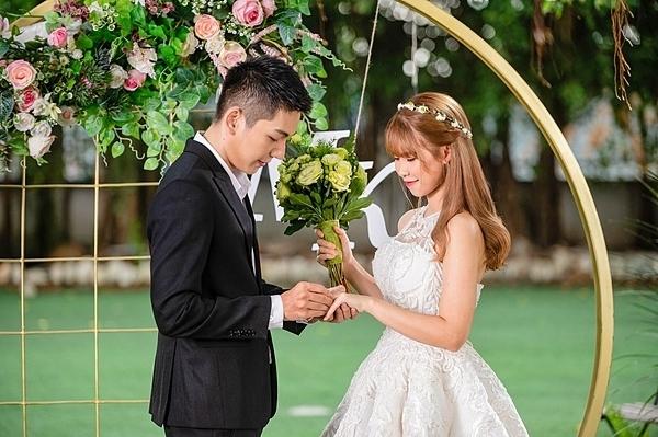 Cảnh đám cưới của cô cùng chồngtái hiện trong MV.