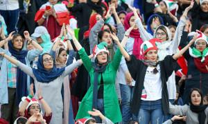 Phụ nữ Iran đi cổ vũ bóng đá sau 40 năm bị cấm