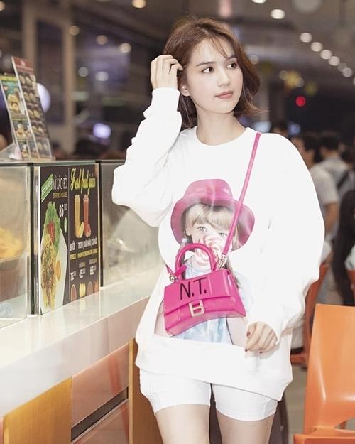 Ở Việt Nam, Ngọc Trinh cũng nhanh chóng sắm ngay cho mình mẫu áo đáng yêu này, cô nàng kết hợp với túi xách đắt giá có ghi tên riêng .