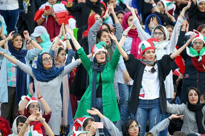 <p> Trận đấu giữa tuyển Iran và Campuchia chứng kiến sự xuất hiện của hàng nghìn CĐV nữ từ mọi lứa tuổi.</p>