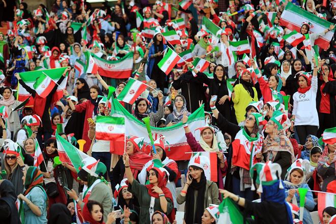<p> Họ tới sân vận động Azadi ở Tehran hôm 10/10 để cổ vũ đội tuyển bóng đá quốc gia đối đầu với Campuchia trong khuôn khổ vòng loại World Cup 2022. Đây là lần đầu tiên sau 40 năm - kể từ khi lệnh cấm ban hành năm 1979 - phụ nữ Iran mới được phép tới sân vận động.</p>