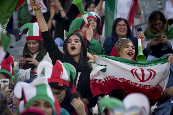 <p> Fan girl mang theo theo cờ, khoác áo đấu truyền thống...</p>