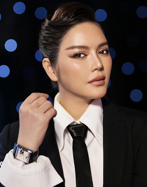 Dung mạo ăn trang điểm của Lý Nhã Kỳ còn thể hiện trong những lần cô thử makeup cá tính, men-lì, khác biệt hoàn toàn so với lúc để mặt mộc.
