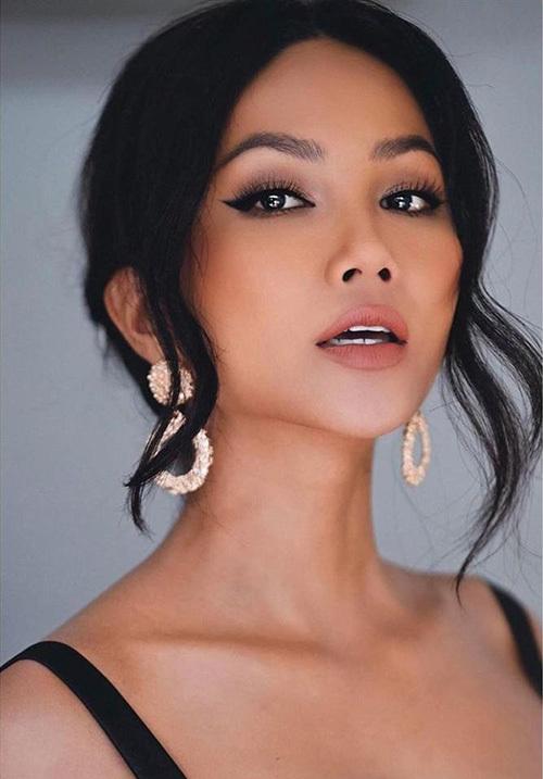 Thử nghiệm nhiều style trang điểm, làm tóc khác nhau, HHen Niê không bị nhàm chán. Khả năng chinh phục mọi phong cách của cô được thể hiện trong việc makeup kiểu nào cũng đẹp.