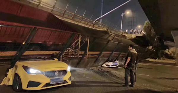 Một số ô tô mắc kẹt bên dưới cây cầu bị sập ở Vô Tích.