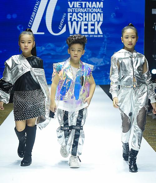Các mẫu nhí trình diễn chuyên nghiệp với những thiết kế của Ivan Trần.