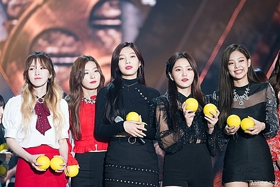 Thêm một khoảnh khắc Jennie bị lu mờ trước Red Velvet. Làn da ngăm của thành viên Black Pink không đọ được với những gương mặt trắng trẻo của girlgroup nhà SM.