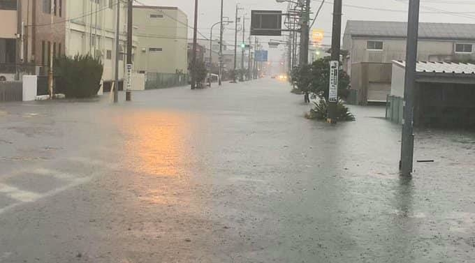 Bão kéo theo mưa lớn làm ngập khu vực Shizuoka. Ảnh: Sugoi.
