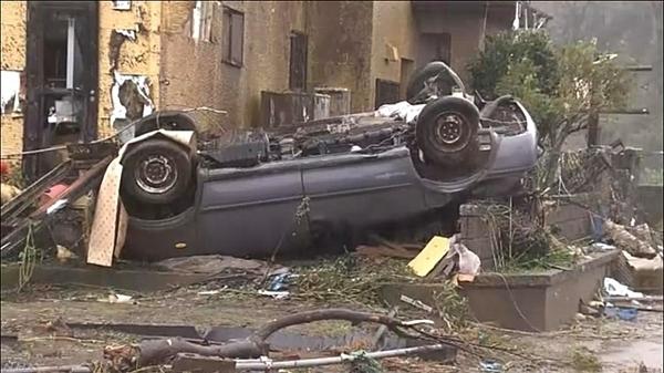 Một ô tô bị lật. Ảnh: NHK.