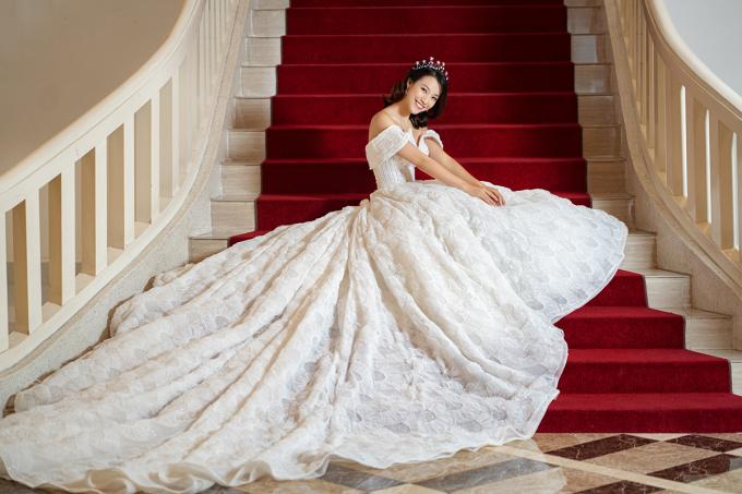 <p> Hoàng Oanh khiến fan xôn xao khi tung bộ ảnh cưới một mình được thực hiện tại một không gian sang trọng.</p>