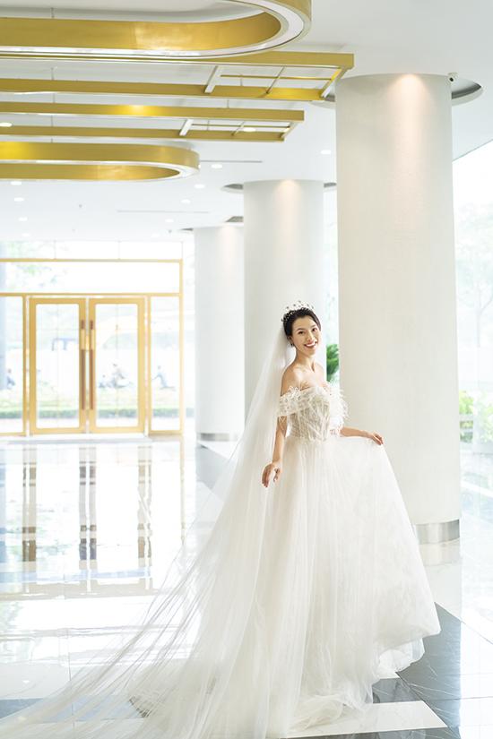 <p> Hoàng Oanh thướt tha trong bộ váy cưới gợi cảm.</p>