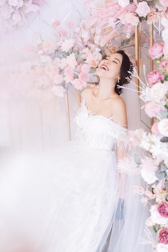 """<p> Hoàng Oanh bật mí về hôn lễ trong mơ mà bản thân luôn ao ước. """"Tôi không cần đám cưới phải xa hoa hay hoành tráng với quy mô tiền tỷ. Tôi chỉ mong mọi thứ thật gần gũi, ấm cúng với những người thân yêu. Hôn lễ trong mơ của Hoàng Oanh sẽ được thực hiện ngoài trời với phong cách gần gũi thiên nhiên, nhiều cây cối hoa lá và dàn trải ánh đèn treo lấp lánh như phương Tây. Trong khung cảnh nên thơ đó, tôi sẽ cùng chồng khiêu vũ một bài first dance thật lãng mạn"""", cô nói.</p>"""