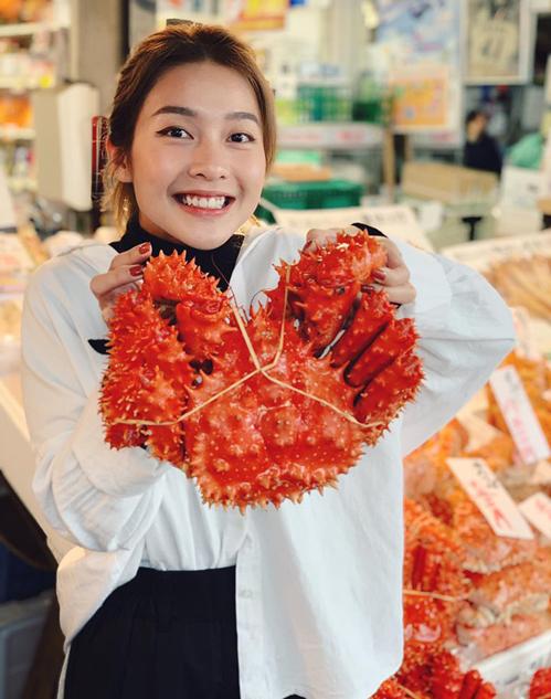 Khả Ngân nhí nhố đi chợ hải sản ở Nhật Bản.