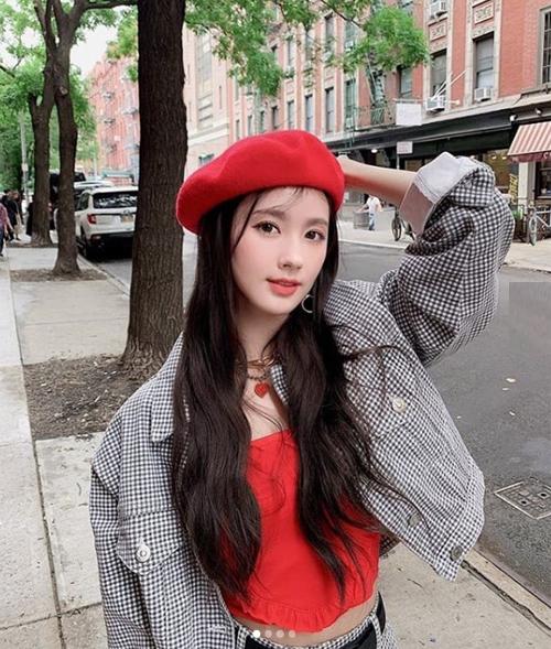 Mi Yeon (Oh My Girl) diện áo khoác denim ngắn để khoe khéo vòng eo nhỏ gọn.