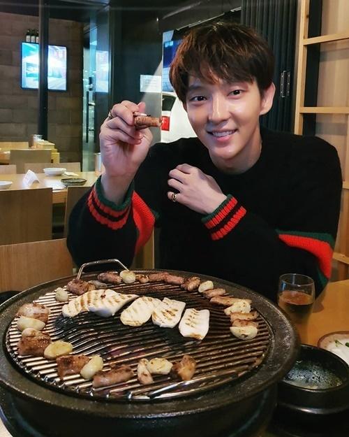 Lee Jun Ki vui vẻ đi ăn thịt nướng.