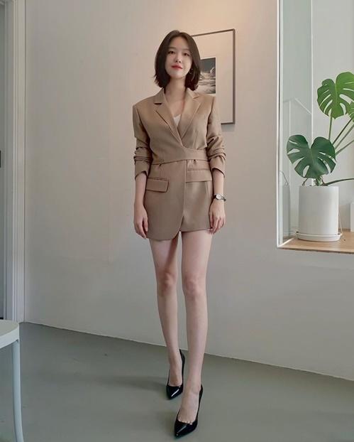 Mina (Girls Day) diện style giấu quần khoe cặp chân thon nuột.