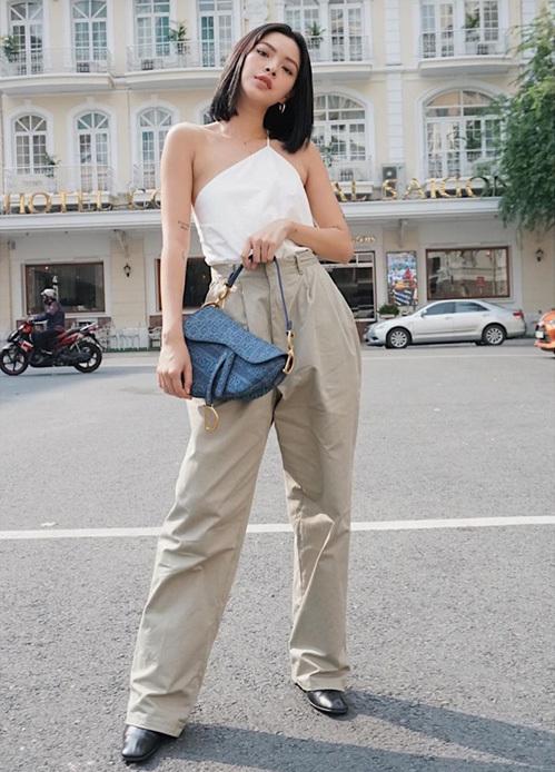 Set đồ của Tú Hảo trông đơn giản nhưng vẫn đủ thời thượng để dạo phố nhờ những item như áo lệch vai, túi Dior Saddle.