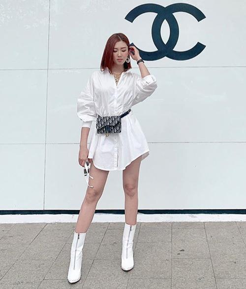 Chiếc túi Dior đeo ngang hông là điểm nhấn hoàn hảo cho set đồ màu trắng của Thúy Ngân.