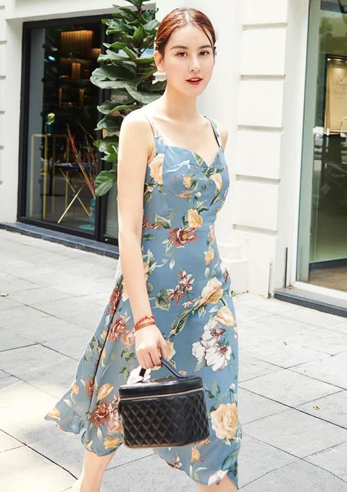 Chiếc váy hai dây hoa mang đến cho Hà Lade vẻ đẹp nữ tính, dịu dàng.