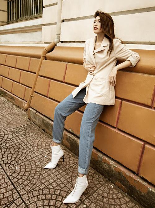 Quỳnh Châu kết hợp blazer cùng boots để có set đồ cá tính.
