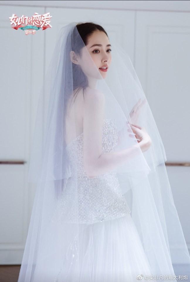 <p> Hình ảnh Quách Bích Đình mặc áo cưới đã gây ''bão'' trên mạng xã hội. Nữ diễn viên kết hôn cùng Hướng Tả - con trai của trùm mafia của Hong Kong. Quách Bích Đình xuất hiện 29 lần trên BXH tìm kiếm.</p>