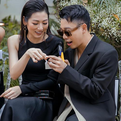Hoàng Ku tò mò khám phá chiếc túi siêu tý hôn của Á hậu Tú Anh.