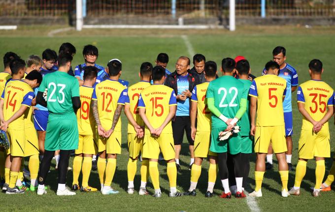 <p> Chiều 13/10, thầy trò Park Hang-seo có buổi tập thứ hai kể từ khi sang Bali, Indonesia. Cả đội có mặt tại sân Gelora Samudra, tập theo hướng dẫn của trợ lý Lee và thầy Park.</p>
