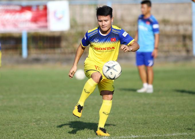 """<p> Quang Hải chăm chỉ tập luyện. Anh là cầu thủ duy nhất ghi bàn trong trận Việt Nam gặp Malaysia. Fox Sports khen ngợi, bàn thắng của tiền vệ Hà Nội FC là """"cú sút tuyệt vời"""".</p>"""
