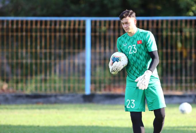 <p> Văn Lâm ở trận trước có pha cứu thua thần sầu. Tại buổi tập, thủ thành của Muangthong United hoàn thành tốt bài tập.</p> <p> Với bốn điểm sau hai trận, hoà 0-0 trên sân Thái Lan và thắng 1-0 khi tiếp Malaysia, Việt Nam đang đứng thứ ba bảng G - kém hiệu số bàn thắng bại so với Thái Lan. Trận Indonesia - Việt Nam diễn ra lúc 18h30 thứ ba ngày 15/10 (giờ Hà Nội). Đối thủ của thầy trò HLV Park Hang-seo đang đứng cuối bảng, sau ba trận toàn thua trước Malaysia, Thái Lan và UAE</p>