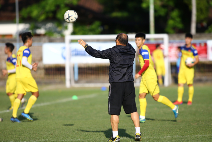<p> Như thường lệ, HLV Park rất sát sao với bài tập của học trò. Ông hướng dẫn các tuyển thủ trong từng động tác nhỏ.</p>
