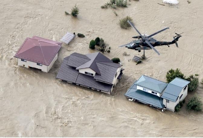 Những ngôi nhà ở Nagano, miền trung Nhật Bản, bị nhấn chìm sau khi nước sông Chikuma tràn qua do cơn bão Hagibis. Ảnh: Kyodo.