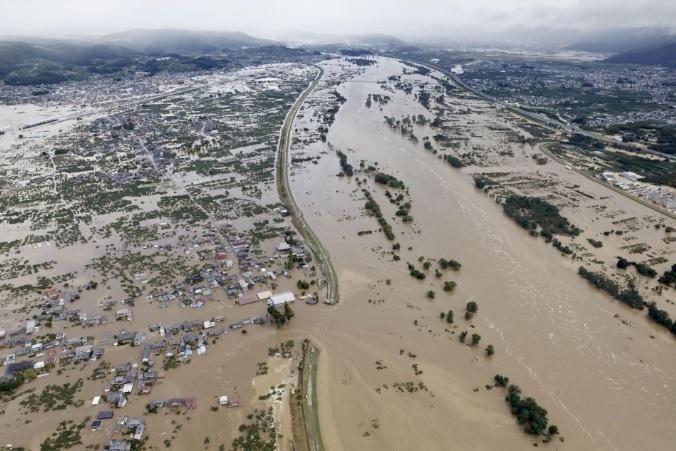 <p> Mưa lớn và gió mạnh phá hủy nhiều ngôi nhà, trong khi nước sông Chikuma dâng cao, khiến đoạn đê ở thành phố Nagano bị vỡ, làm nhiều ngôi nhà bị ngập.</p>