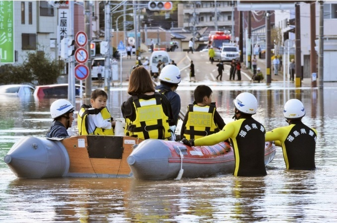 <p> Cư dân được đưa đến nơi an toàn bằng thuyền ở Iwaki, tỉnh Fukushima.</p>