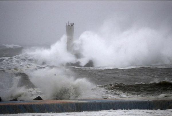 Bão kéo theo mưa lớn gây lũ lụt do nước dâng cao. Ảnh: Kyodo.