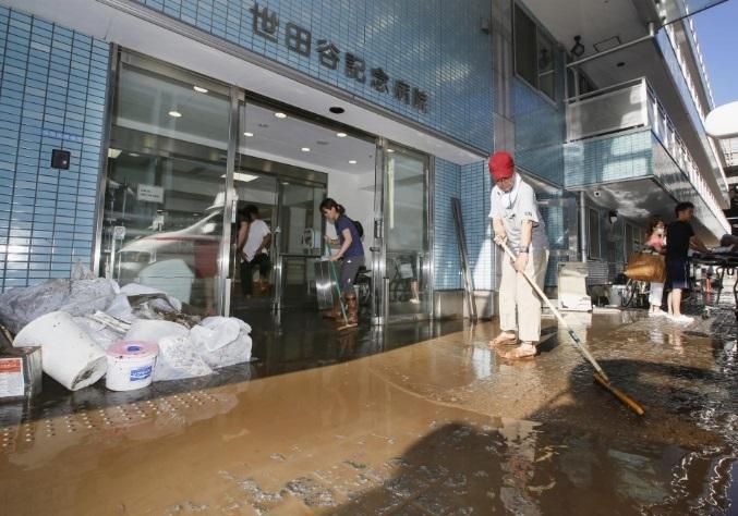 <p> Nhân viên dọn dẹp tại một bệnh viện ở phường Setagaya, Tokyo sau trận lụt sáng nay.</p> <p> </p> <p> </p>