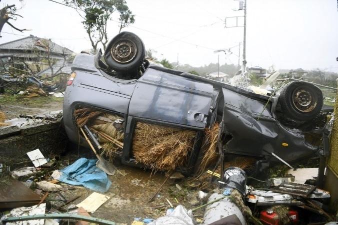 <p> Một chiếc xe bị lật do gió giật ở Ichihara. Các quan chức Nhật Bản cho biết trong số 19 nạn nhân thiệt mạng có một số người bị kẹt trong ôtô khi nước sông tràn bờ và cuốn trôi xe của họ.</p>